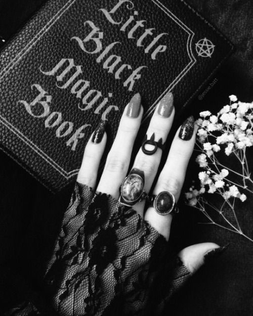 15-Halloween-Witch-Nails-Art-Designs-Ideas-2018-17